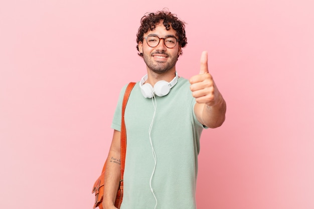 Spaanse student die zich trots, zorgeloos, zelfverzekerd en gelukkig voelt, positief glimlacht met omhoog duimen