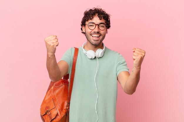 Spaanse student voelt zich geschokt, opgewonden en blij, lacht en viert succes, zegt wauw!