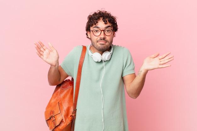 Spaanse student voelt zich verbaasd en verward, twijfelt, weegt of kiest verschillende opties met een grappige uitdrukking