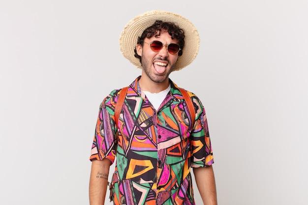 Spaanse toeristenman met vrolijke, zorgeloze, rebelse houding, grappen maken en tong uitsteken, plezier maken