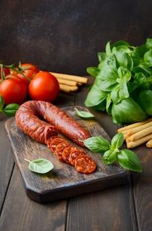 Spaanse traditionele chorizo worst met verse kruiden en tomaten.
