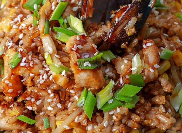 Spaanse traditionele keuken: warme paella met zeevruchtengarnalen