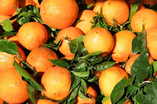 Spaanse verse sinaasappelen op marktkraam in zuid-spanje