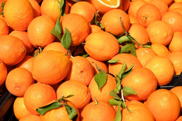 Spaanse verse sinaasappelen op marktkraam in zuid-spanje Premium Foto