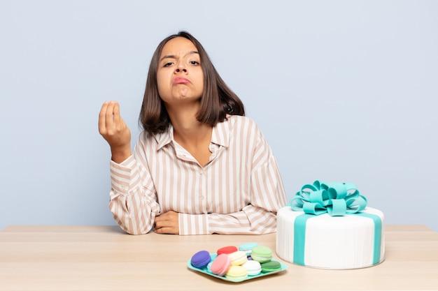 Spaanse vrouw die capice of geldgebaar maakt en u vertelt uw schulden te betalen!