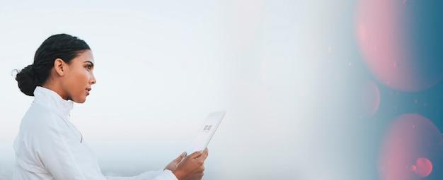 Spaanse vrouw die een digitale tablet gebruikt