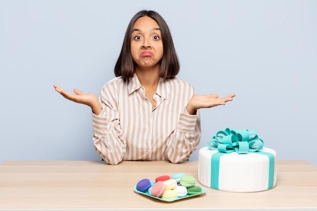 Spaanse vrouw die zich verbaasd en verward voelt, twijfelt, weegt of verschillende opties kiest met een grappige uitdrukking