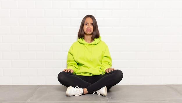 Spaanse vrouw die zich verdrietig en zeurderig voelt met een ongelukkige blik, huilt met een negatieve en gefrustreerde houding