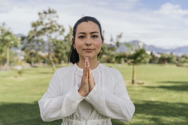 Spaanse vrouw doet yoga in een park