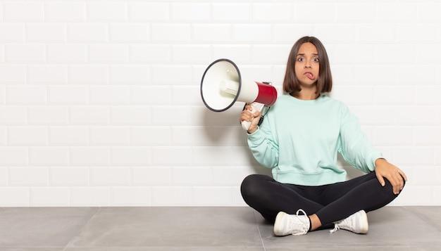 Spaanse vrouw kijkt verbaasd en verward, bijt op lip met een nerveus gebaar, niet wetende het antwoord op het probleem