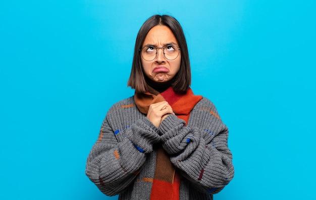 Spaanse vrouw op zoek goofy en grappig met een dwaze schele uitdrukking, een grapje en gek rond