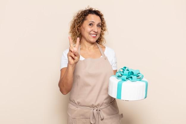 Spaanse vrouw van middelbare leeftijd die lacht en er vriendelijk uitziet