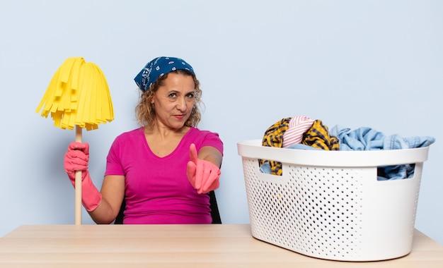 Spaanse vrouw van middelbare leeftijd die trots en zelfverzekerd glimlacht en nummer één triomfantelijk laat poseren, zich een leider voelt