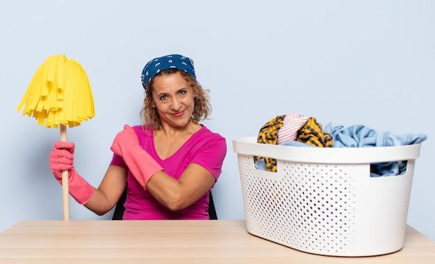 Spaanse vrouw van middelbare leeftijd die zich gelukkig, positief en succesvol voelt, gemotiveerd wanneer ze voor een uitdaging staat of goede resultaten viert