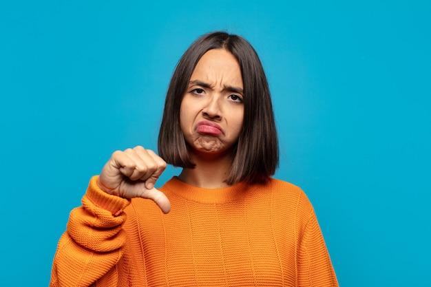 Spaanse vrouw voelt zich boos, boos, geïrriteerd, teleurgesteld of ontevreden