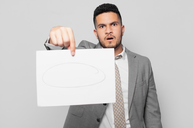 Spaanse zakenman bang uitdrukking en met een vel papier