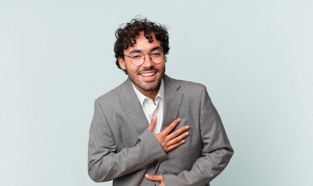 Spaanse zakenman die hardop lacht om een hilarische grap, zich gelukkig en opgewekt voelt, plezier heeft