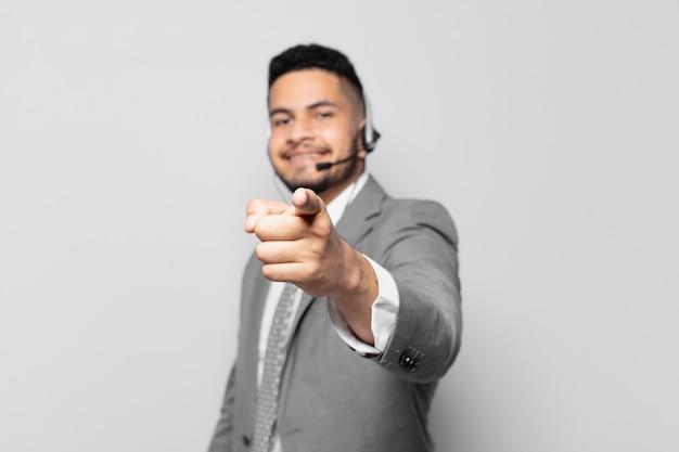 Spaanse zakenman die telemarketeerconcept aanwijst of toont