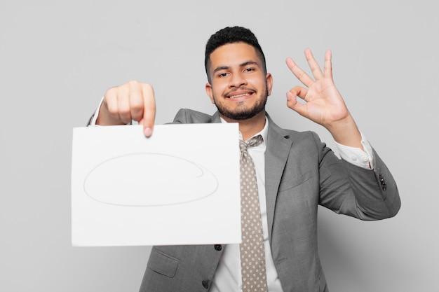 Spaanse zakenman gelukkige uitdrukking en houdt een vel papier vast Premium Foto