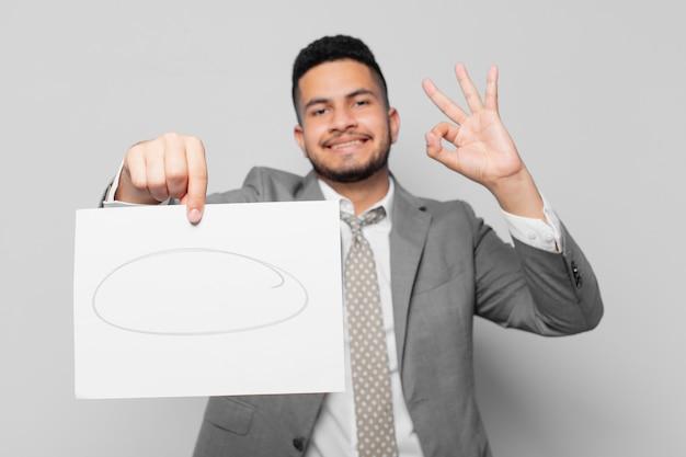 Spaanse zakenman gelukkige uitdrukking en houdt een vel papier vast
