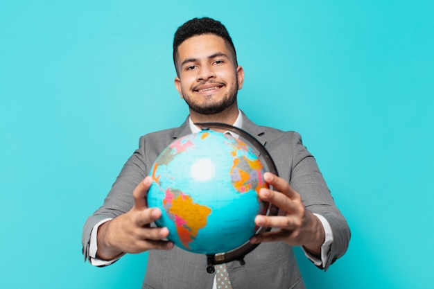 Spaanse zakenman gelukkige uitdrukking en met een wereldplaneetmodel