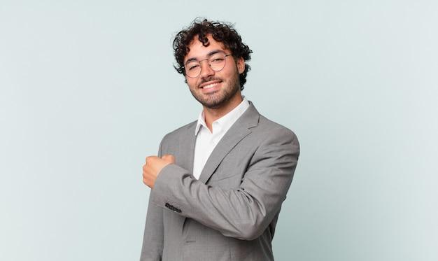 Spaanse zakenman voelt zich gelukkig, positief en succesvol, gemotiveerd wanneer hij voor een uitdaging staat of goede resultaten viert