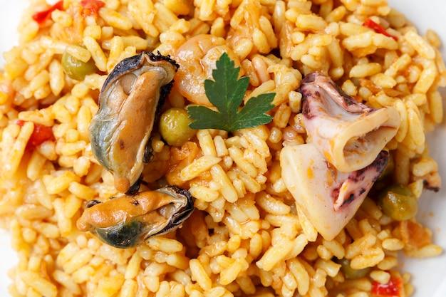 Spaanse zeevruchten en plantaardige paella