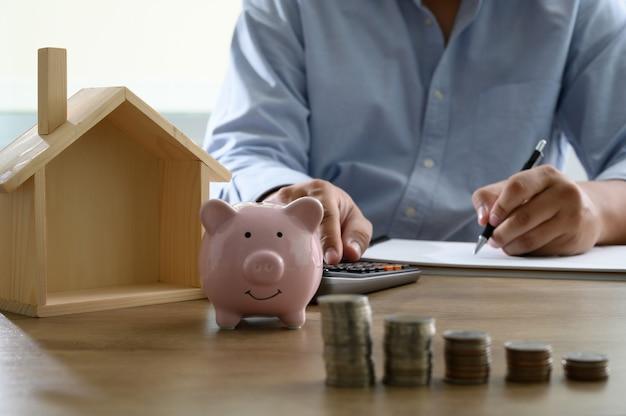 Spaar geld voor de kostenbesparing op de woningrekening of de financiële staat