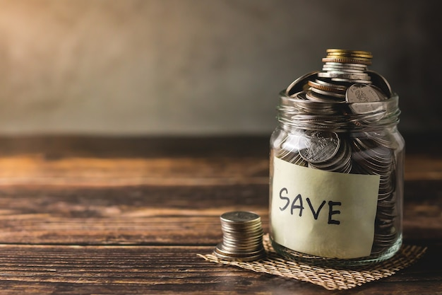 Spaargeld stort munten in een doorzichtige glazen fles