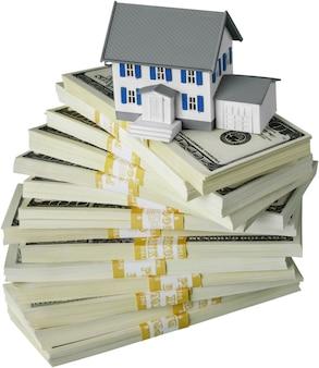 Spaargeld voor het kopen van het huis. dollarbiljetten en huismodel