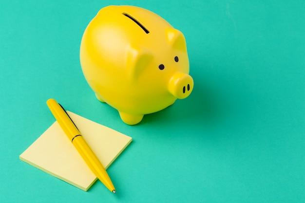 Spaarvarken en notitieboekje met een pen