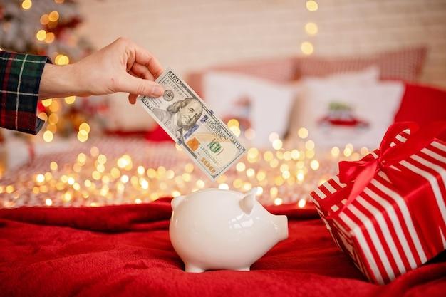 Spaarvarken met dollarsbankbiljet in feestelijke sfeer van het nieuwjaar