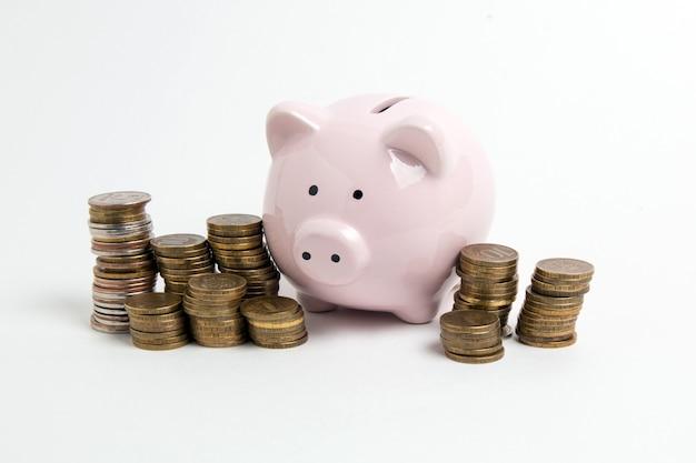 Spaarvarken met muntstuk op witte achtergrond