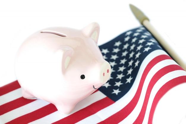 Spaarvarken op amerikaanse vlag op witte achtergrond. economische conditie concept.