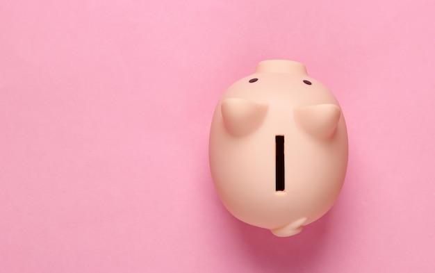 Spaarvarken op roze pastel. minimalistisch bovenaanzicht