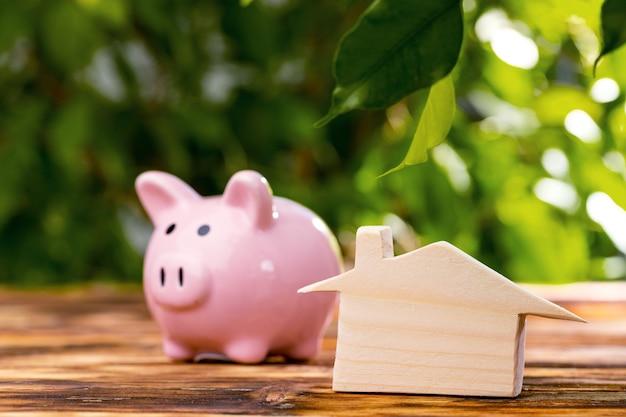 Spaarvarken spaarpot met houten huis model close-up
