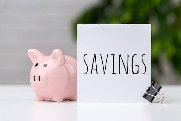 Spaarvarken sparen munt, tijd en geldconcept.