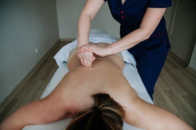 Spabehandeling gezondheidszorgconcept massagetherapeut die massage doet