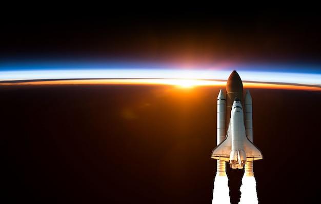 Space shuttle stijgt op in de ruimte. elementen van deze afbeelding geleverd door nasa.