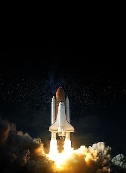 Space shuttle vliegt de ruimte in