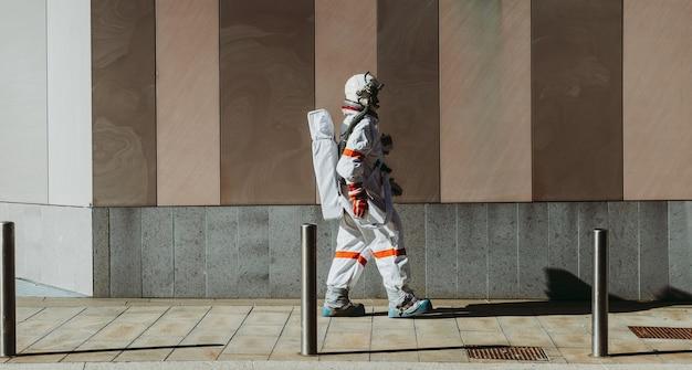 Spaceman in een futuristisch station. astronaut met ruimtepak wandelen in een stedelijk gebied