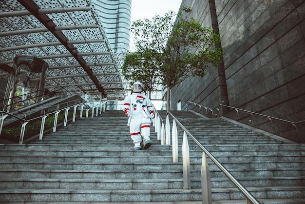 Spaceman in een futuristisch station. man met ruimtepak wandelen in een stedelijk gebied