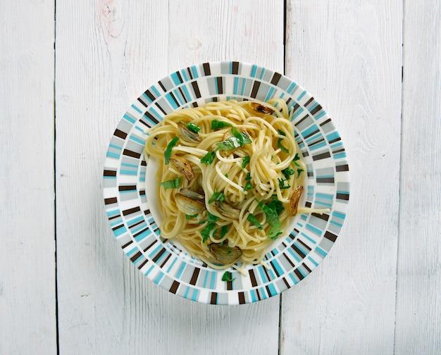 Spaghetti aglio e olio - spaghetti met knoflook en olie. traditioneel italiaans pastagerecht, afkomstig uit napoli