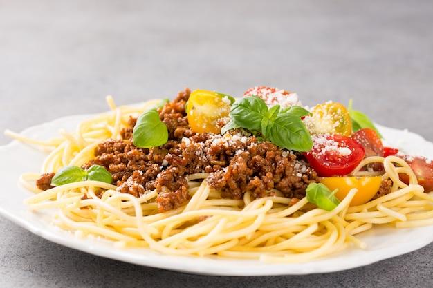 Spaghetti bolognaise gegarneerd met gehakt