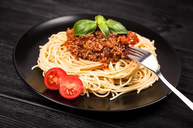 Spaghetti bolognese op donkere achtergrond