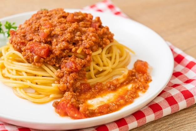 Spaghetti bolognese varkensvlees of spaghetti met tomatensaus van gehakt varkensvlees - italiaanse voedselstijl
