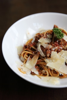 Spaghetti bolognese vleessaus op hout