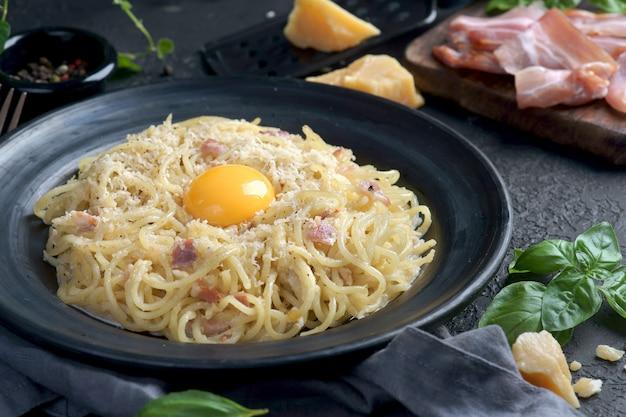 Spaghetti carbonara met dooier en spek