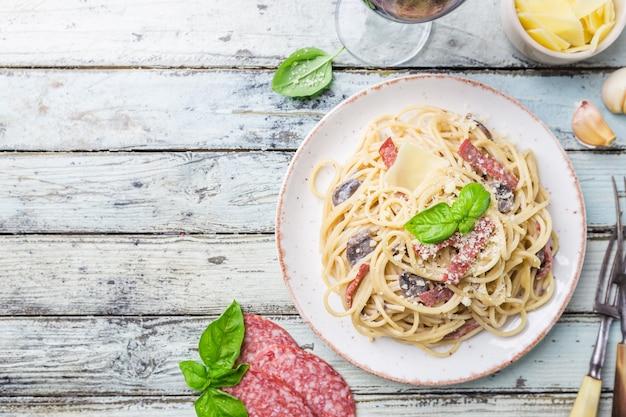 Spaghetti carbonara pasta over houten bovenaanzicht