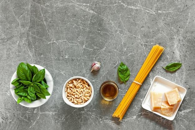 Spaghetti en ingrediënten in kommen